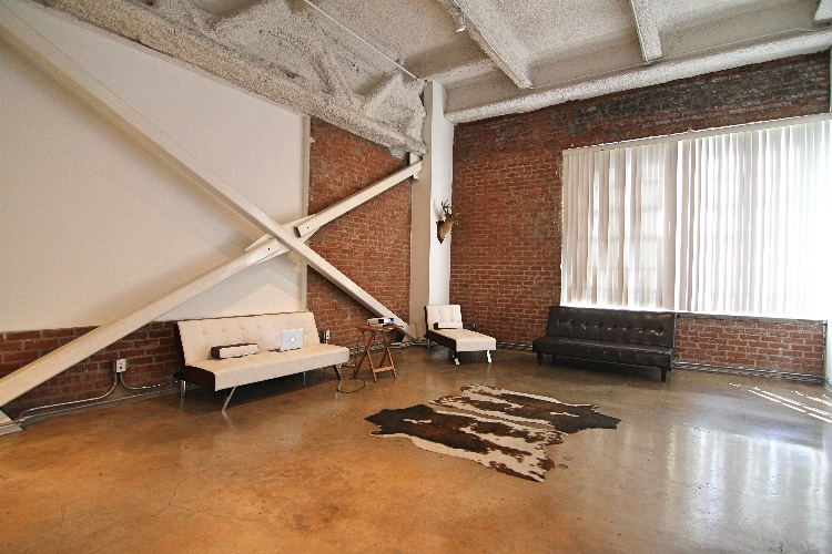 Creative Loft: Creative Loft in the heart of DTLA available for filming. Lots of natural light and high ceilings.