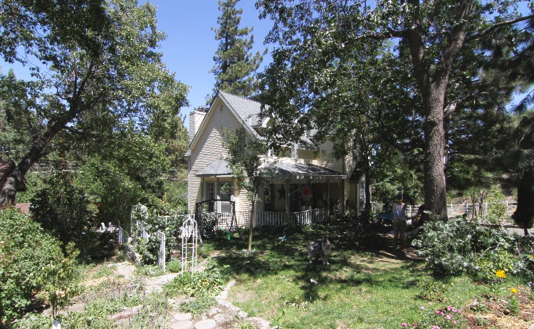 Exterior Only Front Yard including Patio and Back Yard: Exterior Only. Small playground - frontyard and backyard. Swings and hammock available. Patio of the house. Restroom of the house can be used. Nature surrounded, is in the mountains, about 6000ft elevation, located in a quiet residential neighborhood. Please note that during winter (DEC-FEB) the snow reaches about 5ft.