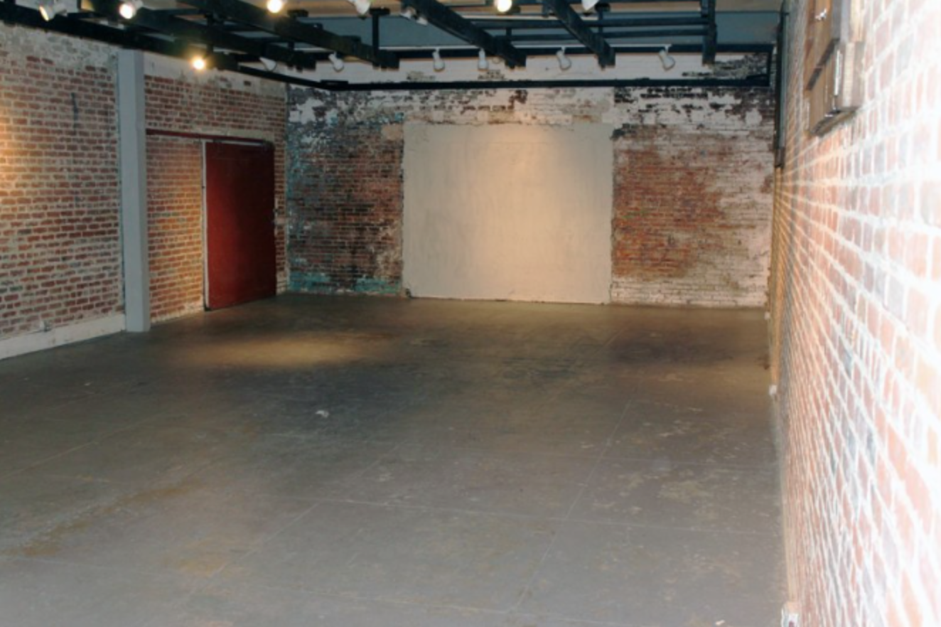 Raw brick warehouse: Raw brick warehouse. 2 Production rooms, 3 bathrooms, 1 outdoor courtyard, 1 main stage - brick warehouse. Business hours: 6AM to Midnight. Allows closedown for extra pay.